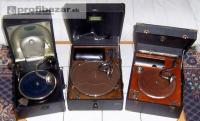 Tři starožitné gramofony na kliku, plně funkč